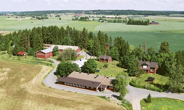 Etualalla Juhla-Areena, oikealla Majoitustalo, vasemmalla Hirsimökki