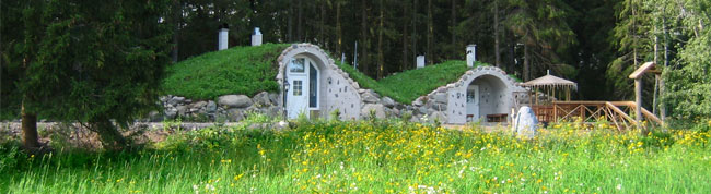 Menninkäissauna sijaitsee maaseudun rauhassa, metsän reunassa.